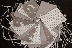Il calendario fatto a mano di arrivo di Natale per i bambini, arrivo rosso ha numerato i sacchi pronti ad essere riempitoe con i  fotografia stock libera da diritti