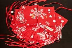 Il calendario fatto a mano di arrivo di Natale per i bambini, arrivo rosso ha numerato i sacchi pronti ad essere riempitoe con i  fotografia stock