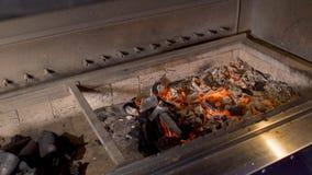 Il calore sta bruciando senza fiamma nella griglia stock footage