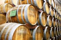 Il Calvados barrels nello stoccaggio nella pianta in Normandia, Francia Fotografie Stock
