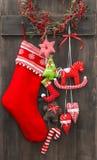 Il calzino ed i giocattoli fatti a mano di Santa della decorazione di Natale Immagini Stock