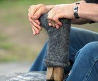 Il calzolaio sta riparando la scarpa, stivale Fotografia Stock Libera da Diritti