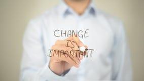 Il cambiamento è importante, scrittura dell'uomo sullo schermo trasparente Fotografia Stock Libera da Diritti