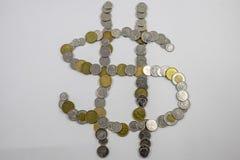 Il cambiamento canadese sistemato sotto forma di un segno dei soldi si è inclinato Fotografie Stock