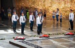Il cambiamento dei soldati custodice in Corridoio di gloria militare Mamayev complesso commemorativo Kurgan a Volgograd Immagini Stock