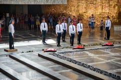 Il cambiamento dei soldati custodice in Corridoio di gloria militare Mamayev complesso commemorativo Kurgan a Volgograd Fotografia Stock