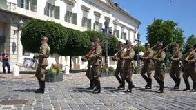 Il cambiamento della guardia al palazzo di Sabor a Budapest archivi video