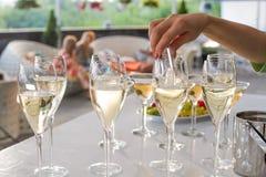 Il cameriere getta una coperta in vetri di vino Fotografia Stock