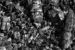 Il camino ha bruciato fuori, carboni neri ha bruciato un fuoco Fotografia Stock Libera da Diritti