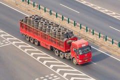 Il camion cinese di FAW con il rimorchio ha caricato con le gomme, Pechino, Cina Fotografie Stock