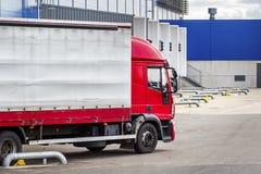 Il camion con il rimorchio su caricamento nella logistica concentra Trasporto delle merci fotografie stock