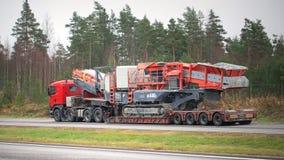 Il camion dei semi di Scania trasporta il frantoio mobile del cono Immagini Stock Libere da Diritti