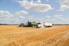 Il camion dei semi e le attrezzature agricole hanno parcheggiato in un campo al raccolto fotografie stock libere da diritti