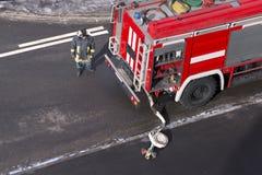 Il camion dei vigili del fuoco è arrivato su una chiamata d'emergenza fotografia stock