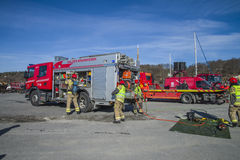 Il camion dei vigili del fuoco con attrezzatura è preparato, foto 24 Fotografia Stock