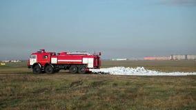 Il camion dei vigili del fuoco guida e la schiuma degli spruzzi archivi video