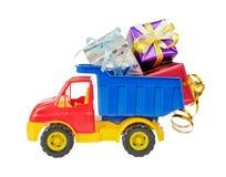 Il camion del giocattolo porta i contenitori di regalo fotografia stock
