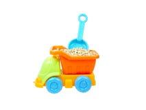 Il camion del giocattolo porta la pietra e la vanga isolate immagine stock