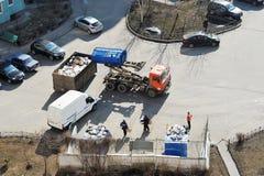 Il camion di immondizia raccoglie i rifiuti nell'iarda di una casa immagine stock libera da diritti