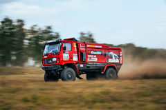 Il camion di raduno MAZ guida una strada polverosa Fotografia Stock Libera da Diritti