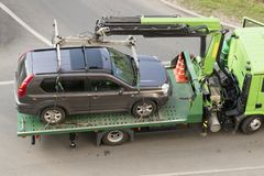 Il camion di rimorchio evacua l'automobile per parcheggio improprio immagini stock libere da diritti