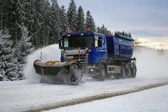 Il camion di Scania fornito di spazzaneve rimuove la strada principale Fotografie Stock Libere da Diritti