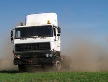 Il camion di spostamento fa la nuvola di polvere enorme immagine stock