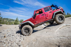 il camion 4x4 discendente bagna la roccia Immagini Stock