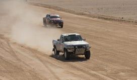 Il camion fuori strada che fa concorrenza nell'sport estremi abbandona il raduno fotografia stock libera da diritti