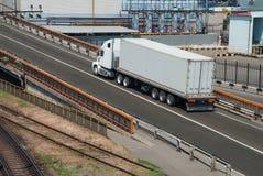Il camion guida vicino alla pianta Immagine Stock Libera da Diritti