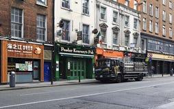 Il camion ha caricato con i barilotti della birra Guinness al Fotografia Stock Libera da Diritti