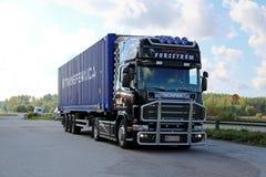 Il camion nero di Scania trasporta un contenitore Immagine Stock Libera da Diritti