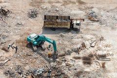 Il camion pesante e l'escavatore a cucchiaia rovescia preparano lo spazio per area della costruzione Fotografia Stock Libera da Diritti
