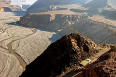 Il camion porta il carico in Himalaya Vista superiore della gola di Kali Gandaki nepal Regno del mustang Fotografia Stock