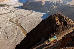 Il camion porta il carico in Himalaya Vista superiore della gola di Kali Gandaki nepal Regno del mustang Fotografie Stock Libere da Diritti