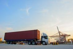 Il camion porta il contenitore fotografia stock libera da diritti