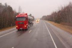 Il camion rosso va su asfalto Immagine Stock