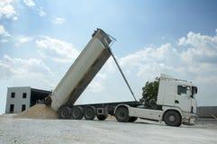 Il camion scarica le rocce Fotografia Stock Libera da Diritti