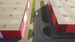 Il camion sta guidando dal magazzino di logistica stock footage