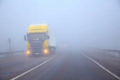 Il camion su una riga in una nebbia Fotografia Stock
