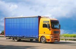 Il camion va sul modo alla priorità bassa del cielo fotografia stock