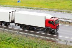 Il camion va sulla strada principale bagnata piovere Immagine Stock