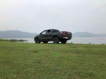 Il camioncino ha parcheggiato da un lago immagine stock
