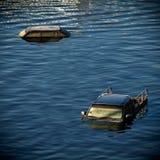 Il camioncino scoperto e l'automobile annegano in acqua fotografia stock