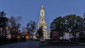 Il campanile del giorno di Uspenskiy Sobor della cattedrale di presupposto al hyperlapse del timelapse di notte a Harkìv, Ucraina video d archivio