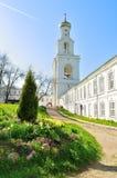Il campanile del monastero di Yuriev in Veliky Novgorod, Russia Fotografia Stock