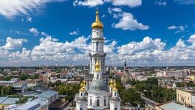 Il campanile del timelapse di Uspenskiy Sobor della cattedrale di presupposto a Harkìv, Ucraina stock footage