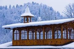 Il campanile di legno in una forte nevicata vicino al lago ha sanguinato in alpi slovene Immagini Stock Libere da Diritti