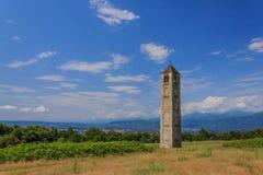 Il campanile di pietra medievale isolato di San Martino ha chiamato il Ciucarun Fotografie Stock Libere da Diritti