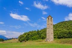 Il campanile di pietra medievale isolato di San Martino ha chiamato il Ciucarun Fotografia Stock